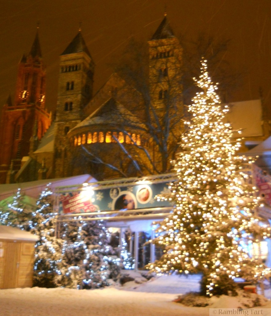 Blizzardy Evening Christmas Market in Maastricht ...