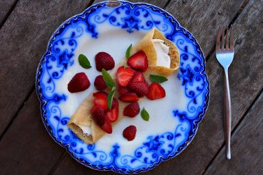 wholemeal crepes with strawberries